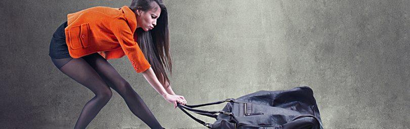 Девушка с тяжелой сумкой
