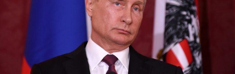 Путин на фоне флагов