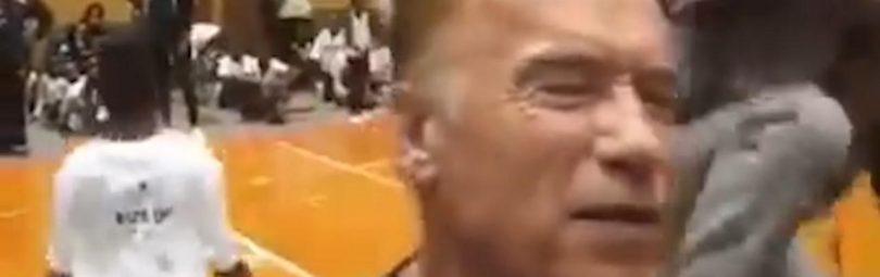 Арнольд Шварценеггер получает удар в спину